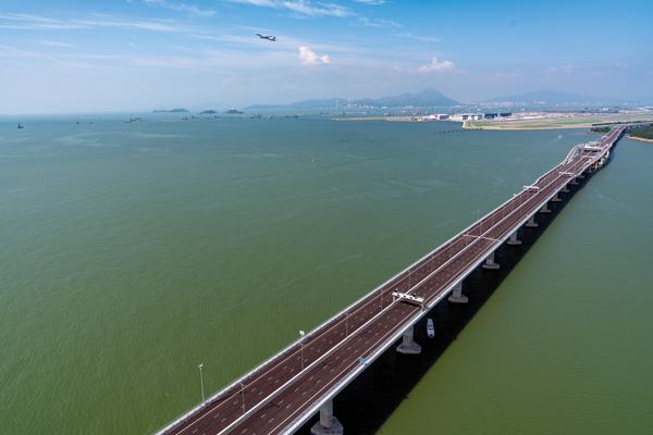 Insgesamt stellte BAUER Hong Kong Ltd. 230 Offshore-Bohrpfähle für die Megabrücke her. © DCVJV