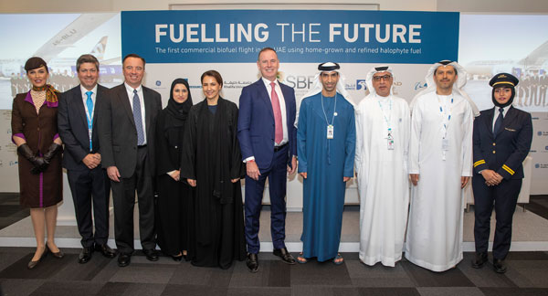 Stolz auf den gemeinsam erreichten Meilenstein: (v.l., ohne Crew) Dr. Alejandro Rios (Khalifa University), Sean Schwinn (Boeing), Sarah bint Yousif Al Amiri (Minister of Advanced Sciences), H.E. Mariam bint Mohammed Saeed Hareb Al Mehairi (Minister of Food Security), Tony Douglas (Etihad Aviation Group), H.E. Dr. Thani bin Ahmed Al Zeyoudi (Minister of Climate Change and Environment), Jasem Ali Al Sayegh (ADNOC Refining) und Dr. Arif Sultan Al Hammadi (Khalifa University).