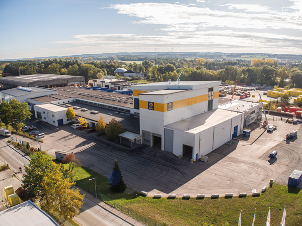 Bauer Umwelt has six of its own soil treatment centers, in which over 400 different types of waste are received, temporarily stored and treated (the picture shows the soil treatment center in Schrobenhausen).